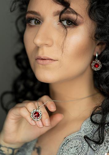 Modelka Kinga w pięknym czerwonym komplecie Isabell